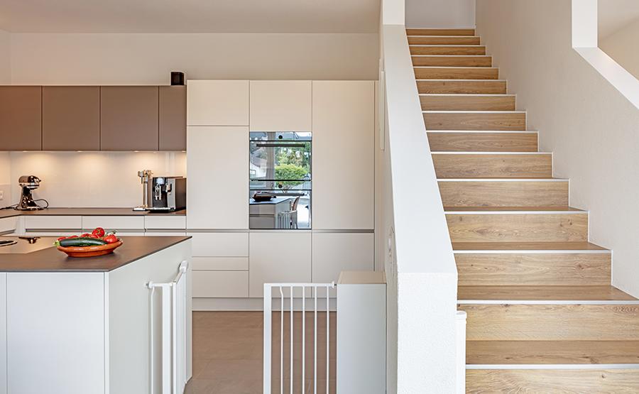 Küche und Gerade Treppe als Raumtrenner