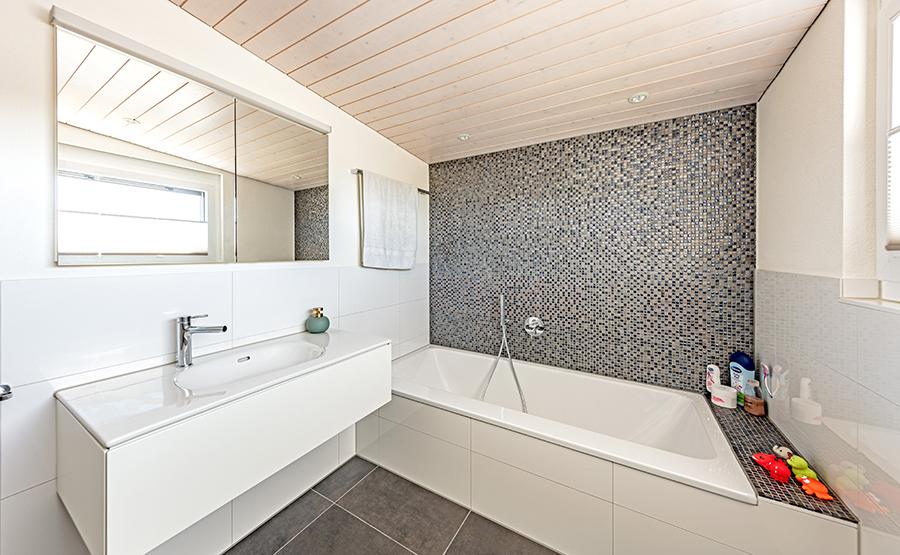 Badezimmer mit Mosaikplatten
