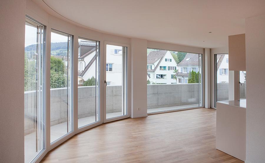 Wohnbereich mit runder Fensterfront